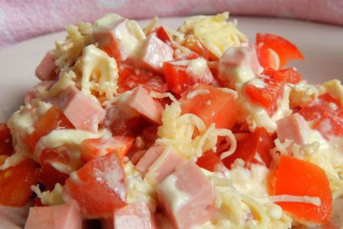 Салат с помидорами, сыром и чесноком